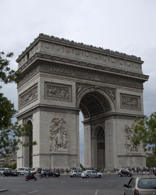 Photo of the Arc de Triomphe from the street